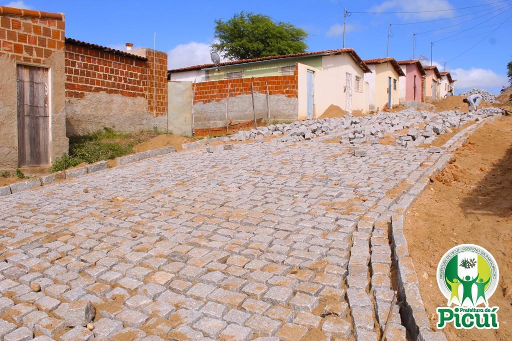 Pavimentação da Rua Enaldo Macedo segue em Ritmo Acelerado