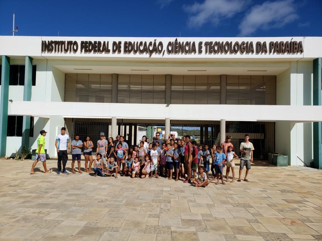 Crianças e adolescentes do NACAD e SCFV visitam o Projeto Fábrica de Solos, seguindo a programação da 1ª SEMMEA