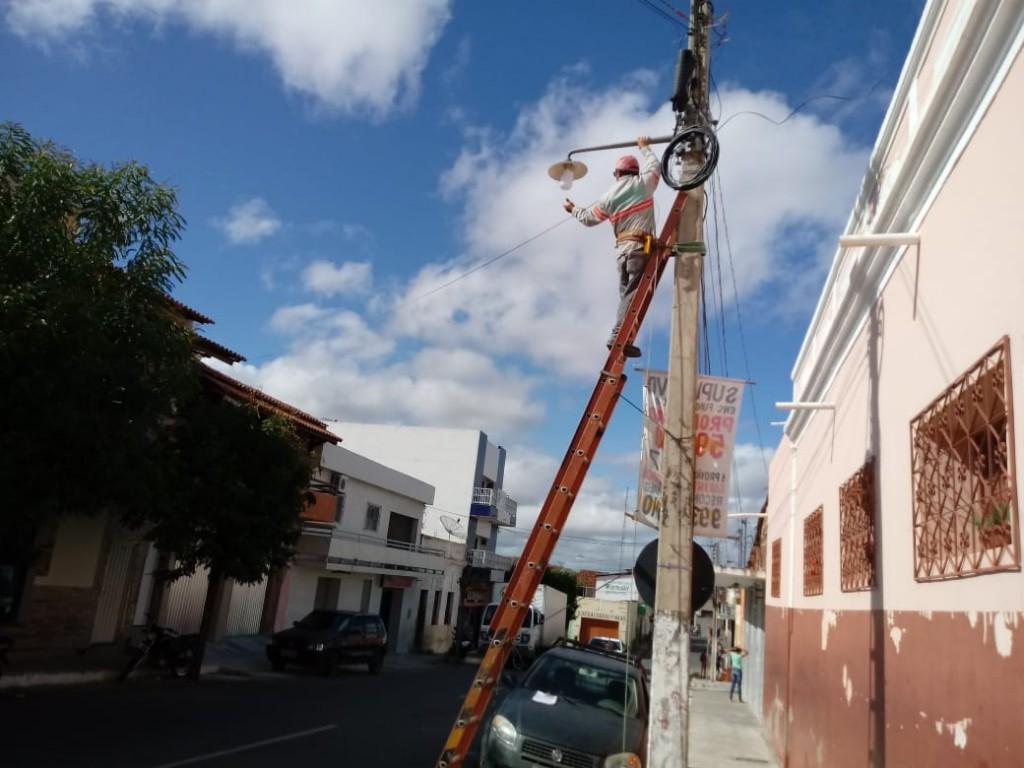 Reposição de lâmpadas segue com iluminação de LED em Picuí