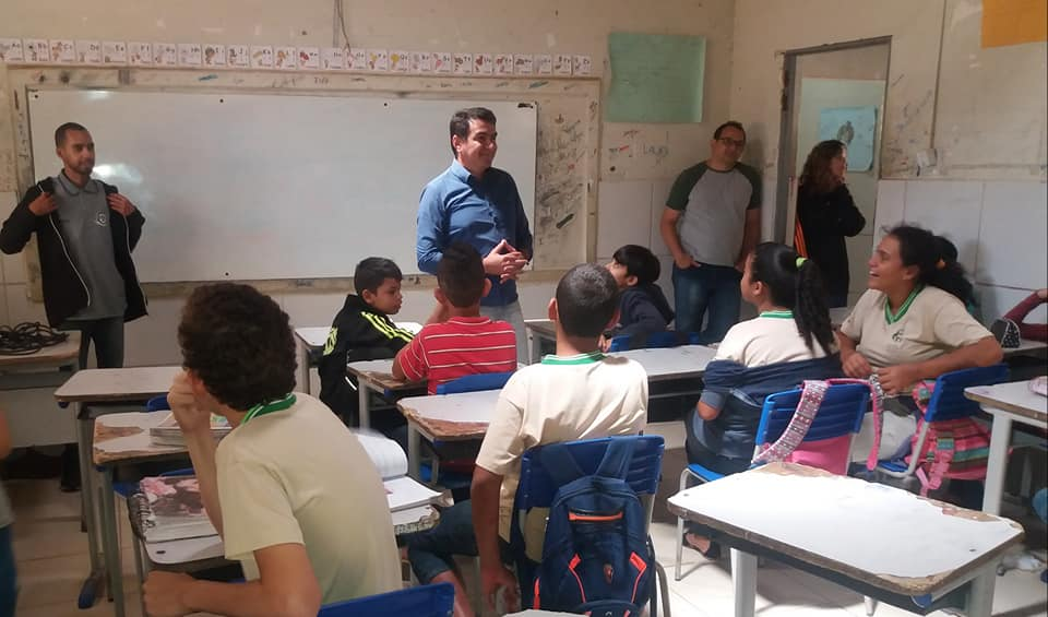 Prefeito Olivânio Remígio visita escola Macário Zulmiro e promove bate papo com alunos