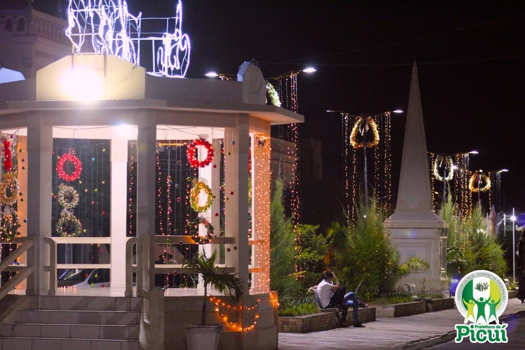 Picuí vive a magia natalina com decoração sustentável nas suas principais praças