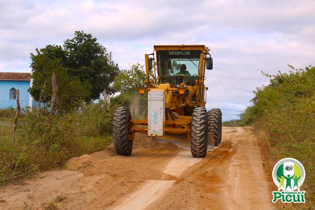 Equipe da Secretaria de Agricultura Realiza a Recuperação de Estradas em Toda a Zona Rural