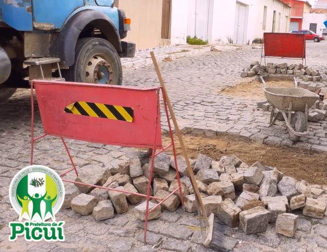 Prefeitura de Picuí, através da Secretaria de Infraestrutura, Recupera 60 Metros de Calçamento neste Mês